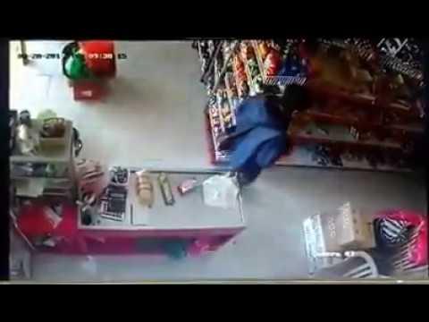 Terekam CCTV! Aksi maling saat penjaga toko asyik ngobrol