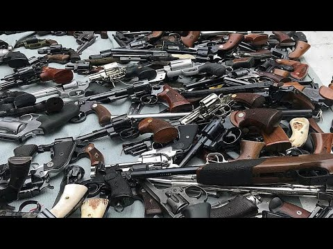 نيوزيلنديون يسلمون أسلحتهم للشرطة في أول عملية لإعادة شراء الأسلحة بعد مذبحة المسجدين…  - 12:54-2019 / 7 / 13