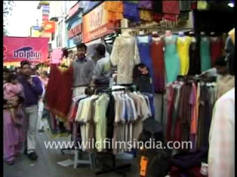 Sarojini Nagar market in New Delhi : listen to sale banter