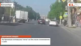 "На Уралмаше легковушка ""легла"" на бок после столкновения с Lada"