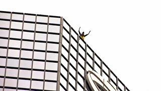 مغامر فرنسي يتسلق ناطحة سحاب لتسليط الضوء على مشكلة تساقط الشعر    22-3-2016