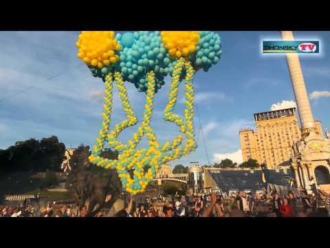 В Киеве в небо запустили воздушные шары в форме Герба Украины