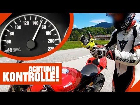 Riskantes Fahrmanöver: Motorradfahrer