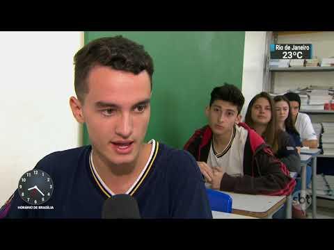Celular está liberado para uso pedagógico em escolas públicas de SP | SBT Brasil (13/11/17)
