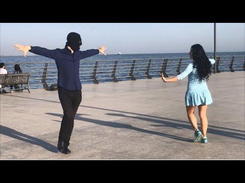 Девушка в лосинах красиво танцует