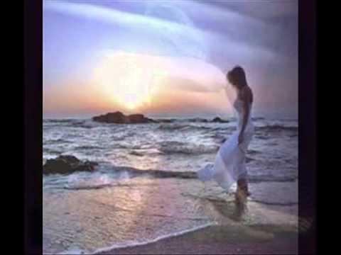 Las estrellas miran la luma la abraza y un angel llora.