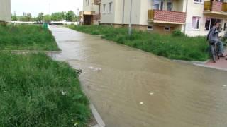 Powódź we Wrocławiu 2010 - Kozanów - woda zalewa osiedle na ul. Ignuta, przerwany wał