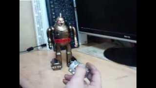 復刻の鉄人ゴールドを赤外線リモコンに改造してます。 リモコンちちゃくて面白いです。 http://tukiyo-ibushi.jp/robo/t28/0t28.htm.