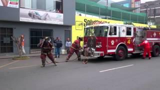 incendio de un auto y bomberos en accion