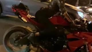 опять танцует за рулём #мототаня девушка на красном мотоцикле