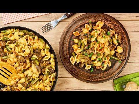 Макароны с куриными сердечками и стручковой фасолью в томате