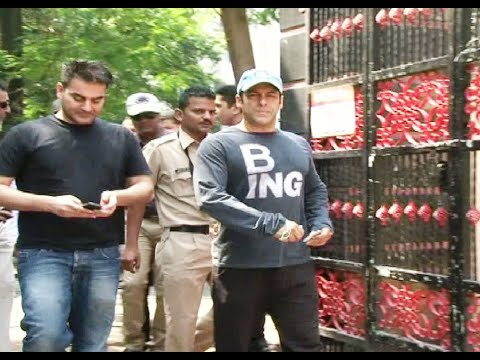 Salman Khan casts his vote for Maharashtra Assembly Elections 2014.