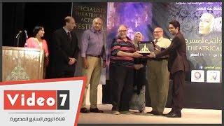 جامعة عين شمس تٌكرم يحيى الفخرانى وتمنحه درعها بمهرجان المتخصصين