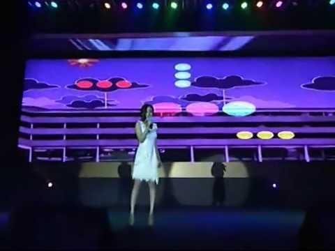 120104 Yang Mi sing in Sina Award