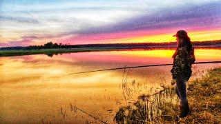 ПОЙМАЛА ОГРОМНУЮ РЫБУ В РЕКЕ ЗА ОГОРОДОМ Рыбалка на поплавочную удочку Купила участок в деревне