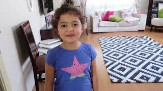 Цветные Пластиковые Чашки С Настенными Покрытиями - Дети Притворяются Игрой С Цветными Чашками