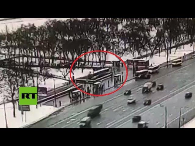 Momento en que un autobús atropella a varios traseúntes en Moscú