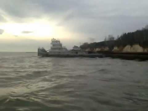 видео: снятие баржи с мели
