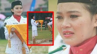 Download Video Kisah Haru Alya Mujida, Pembawa Baki dengan Kaki Hanya Berbalut Kaus Kaki, Lapangan Becek MP3 3GP MP4