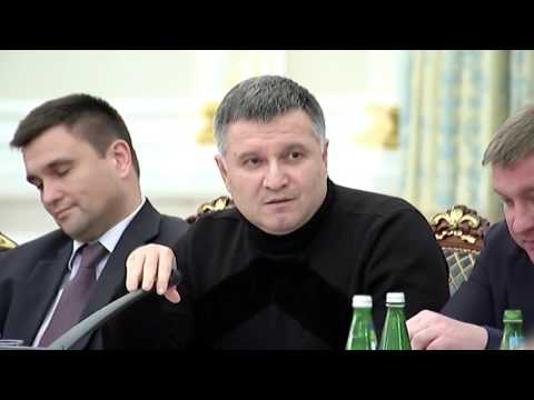 Ukrajinský kabaret pokračuje: Ministr vnitra hodil po Saakašvilim sklenici vody