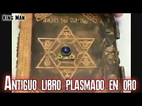 Antiguo libro de oro con símbolos y extrañas escrituras posiblemente del zodiaco o extraterrestre