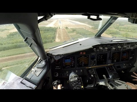 Boeing 737 cockpit view, visual approach (Full HD)