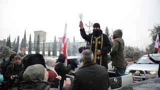 Церковь против коронавируса: священники на внедорожниках освятили улицы Тбилиси