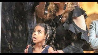 Beyoncé  Sa fille Blue Ivy dévalise les boutiques à Paris même sous la pluie