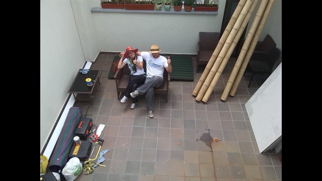 Subiendo guaduas para construir un techo en una terraza - Techos para terrazas ...