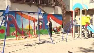 У центрі міста закінчують ремонт внутрішнього дворика і монтують дитячий майданчик thumbnail