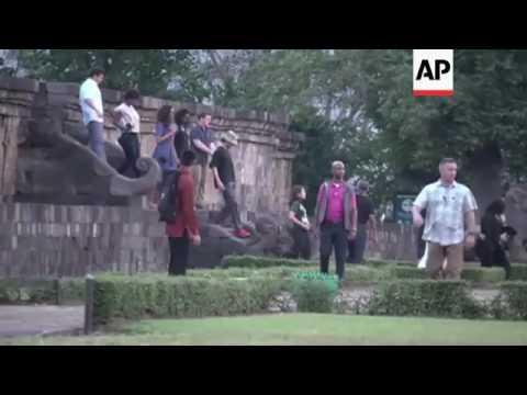 Obamas visit historic city of Yogyakarta