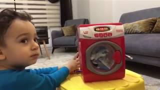 Yusuf oyuncak çamaşir makinasiyla çamaşirlarini yıkıyor / eğlenceli çocuk videosu