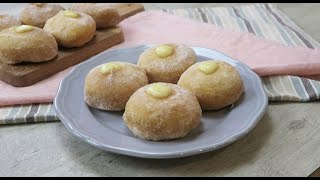 Cream filled donuts: soft and tasty in just a few steps!