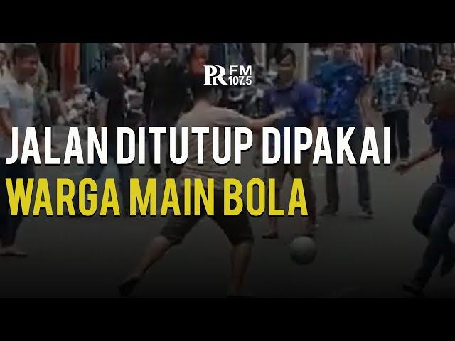 Penutupan Jalan di Pasar Baru Bandung Dimanfaatkan Warga Untuk Main Bola