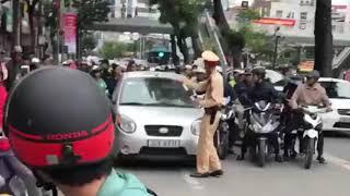 Nữ lái xe ủn đẩy CSGT