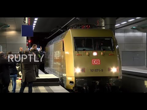 Germany: 'Time for Gold' - Deutsche Bahn unveils Olympic locomotive