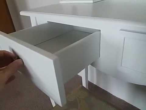 langria schminktisch kosmetiktisch mit dreifach spiegel 4 schubladen massive holzbeine und. Black Bedroom Furniture Sets. Home Design Ideas