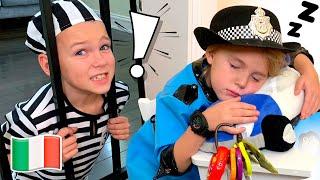 Cinque Bambini giocano in polizia giocattoli per bambini