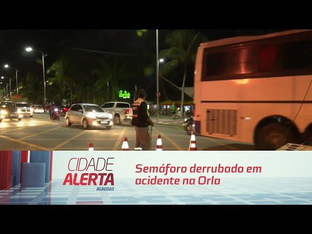 Semáforo derrubado em acidente na Orla ontem é consertado neste momento
