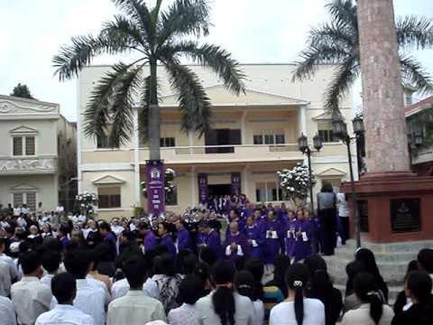 Lễ tang cha sở họ đạo Cái Mơn_Vào nhà thờ (3)