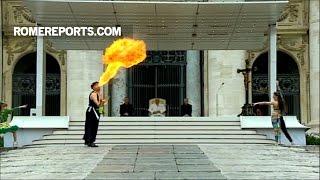 Các nghệ sĩ của Đoàn xiếc Rony Roller biểu diễn trước Đức Giáo Hoàng