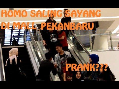 PRANK HOMO!!!! PANGGIL SAYANG DI ESKALATOR SAMA COWOK. PRANK PEKANBARU!!