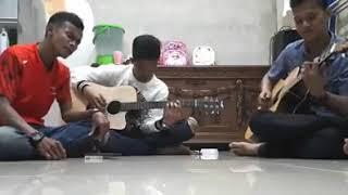 Keren. .suara vokal dan pemain gitar nya