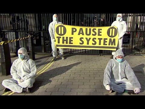 В Великобритании отказались от массового карантина из-за коронавируса.