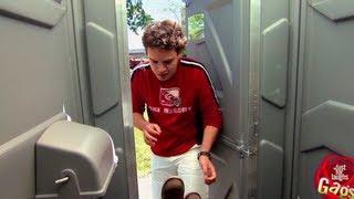 مقلب واحد محشور في الحمام