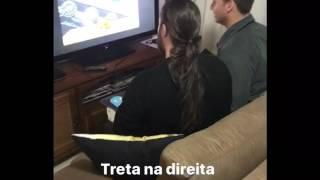 Eduardo Bolsonaro e Nando Moura jogando game antes da entrevista