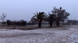 Снег в Греции(9 февраля 2015 года в Греции резко похолодало и даже в прибрежных районах выпал снег. Видео снято на пляже..., 2015-02-09T10:53:54.000Z)