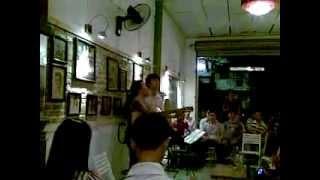 Mẹ hát góp vui tại quán Cafe Ngôi nhà số 6
