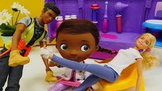 Spielzeugvideo - Barbie muss zu Doc McStuffins - Spaß mit Puppen