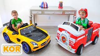 블라드와 니키타는 새 집에 자동차 장난감을 보여